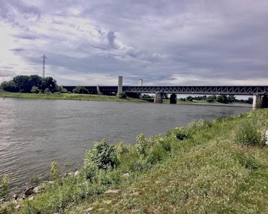 Wasserstraßenkreuz-Magdeburg Blick zur Trogbrücke über die Elbe
