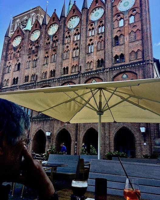 Aperol vor dem Stralsunder Rathaus Stralsund Deutschland