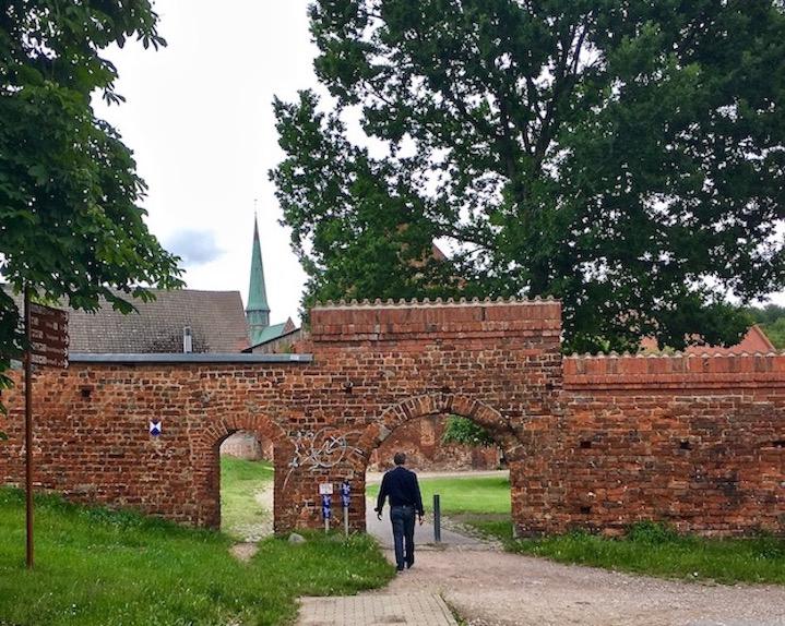 Klosteranlage Tor durch Klostermauer Bad Doberan Deutschland