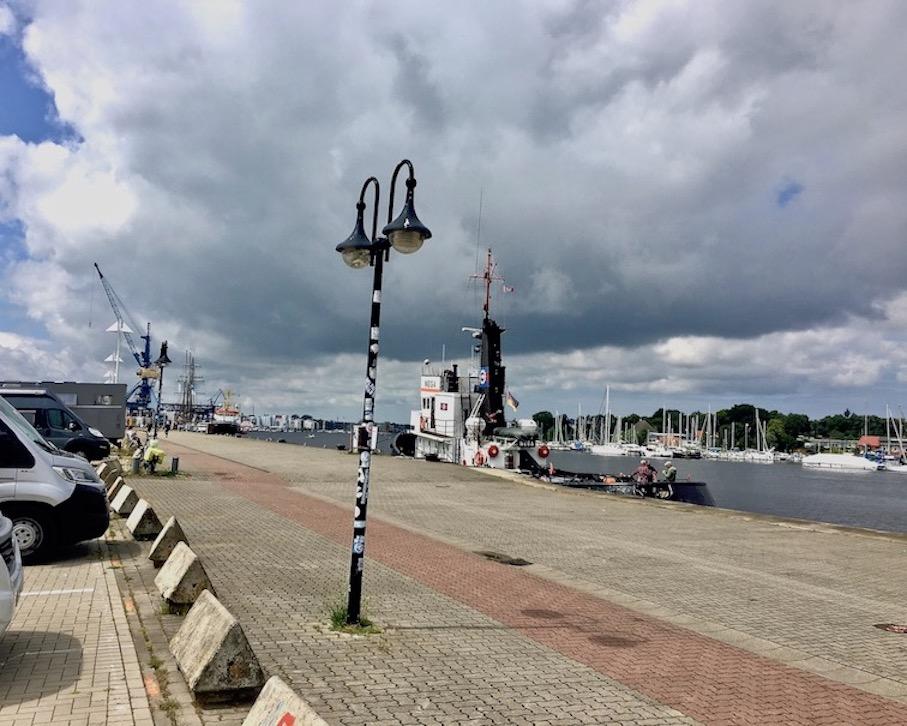 Rostock Parkplatz Stadthafen Wohnmobilstellplatz mole-on-tour Rostock Deutschland
