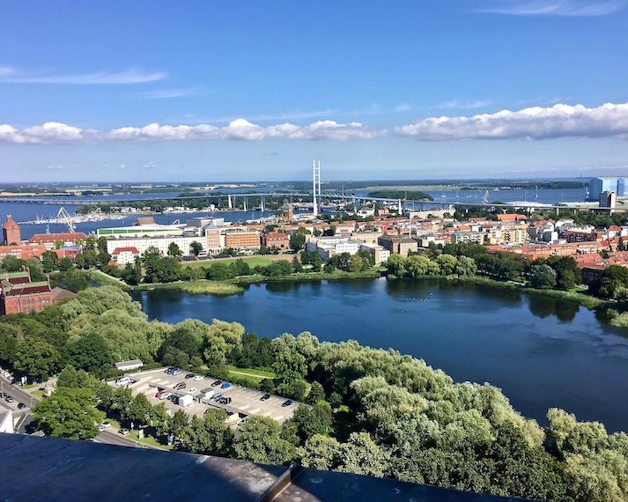 Stralsund UNESCO-Weltkulturerbestätte Blick über den Frankenteich zur Rügenbrücke Deutschland