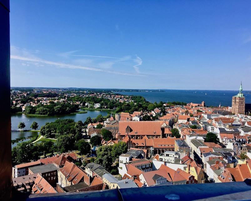 Stralsund UNESCO-Weltkulturerbestätte Blick zum Knieperteich und dem Strelasund Deutschland