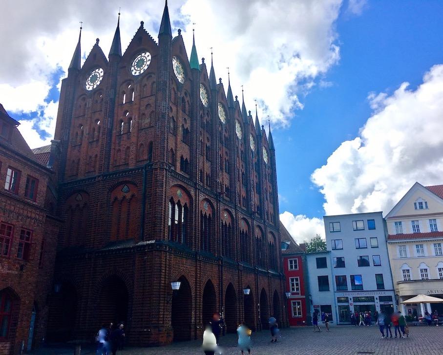 Stralsunder Rathaus Schaufassade Bachsteingotik UNESCO-Weltkulturerbe Ansicht vom Meer Stralsund Deutschland