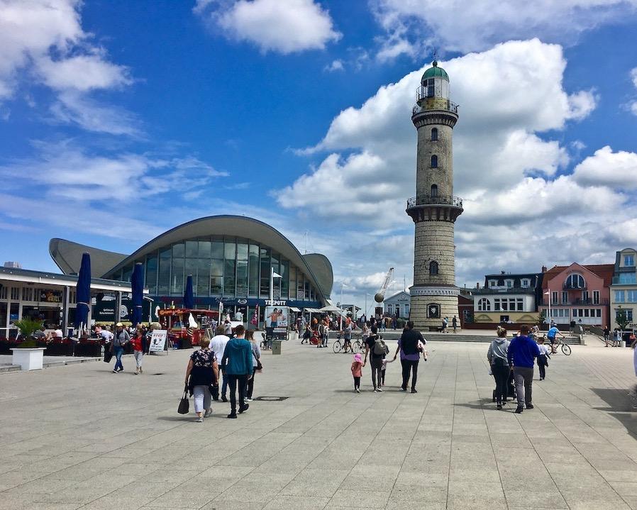 Warnemünde Strandpromenade Teepott und Leuchtturm Warnemünde Deutschland
