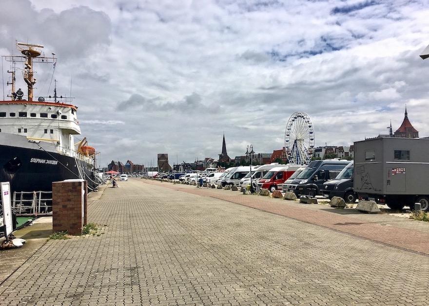 Wohnmobilstellplatz Parkplatz am Stadthafen mit mole-on-tour neben Eisbrecher Stepan Jantzen Rostock Deutschland