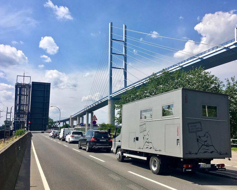 Ziegelgrabenbrücke geschlossen und Rügenbrücke Stralssund Deutchland