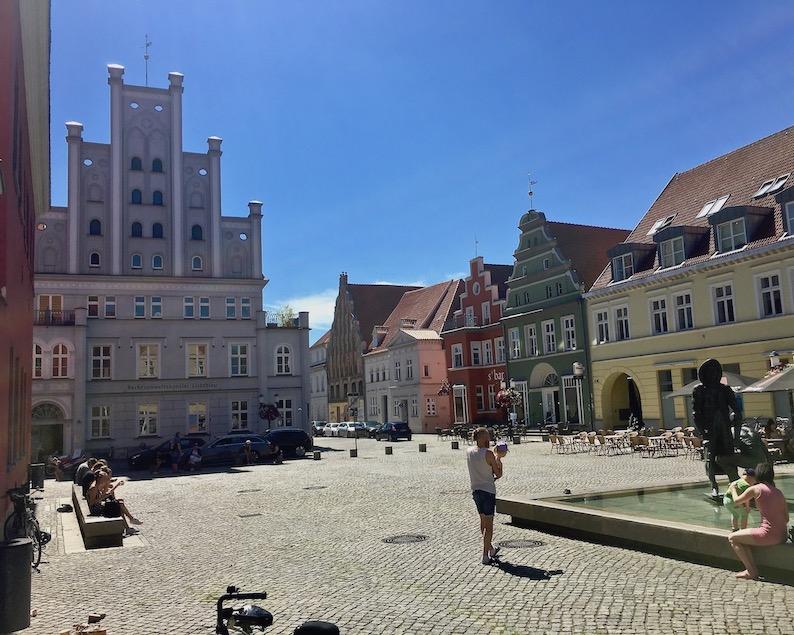 Hansestadt Greifswald Deutschland Fischmarkt mit Brunnen