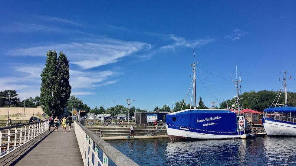 Hansestadt Greifswald Deutschland Fußgängerbrücke über den Ryck am Museumshafen
