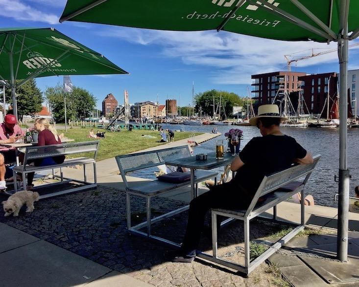 Hansestadt Greifswald Deutschland Grünfläche am Museumshafen mit Blick zum Fangenturm