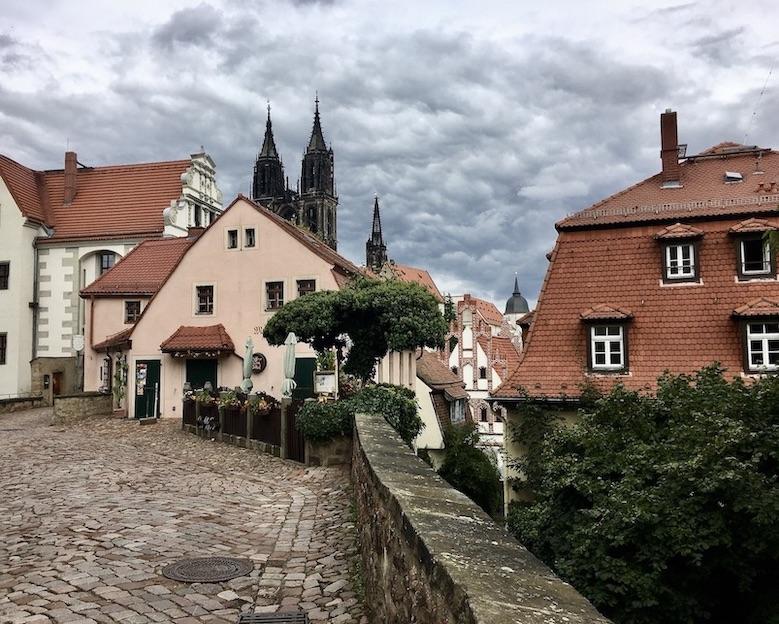 Meißen Sehenswürdigkeiten Altstadt Elbe Sachsen Meißen Sachsen Blick zu Prälatenhaus und Dom zu Meißen