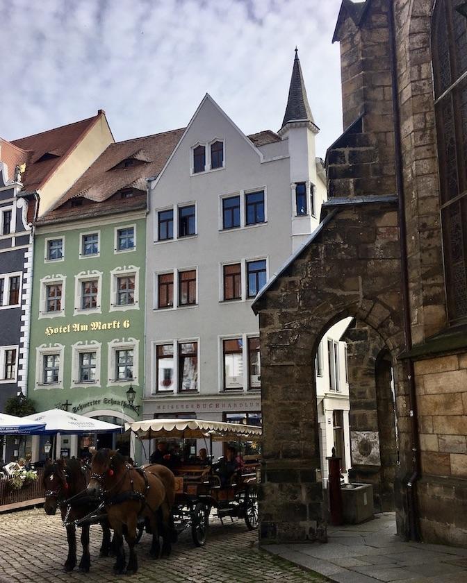 Meißen Sehenswürdigkeiten Altstadt Elbe Sachsen Pferdekutsche vor der Frauenkirche Meißen Sachsen