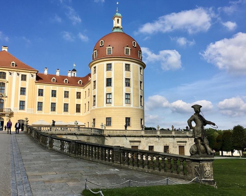 Schloss Moritzburg in Sachsen Auffahrt mit Piqueurstatue