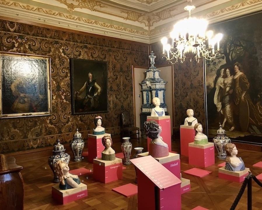 Schloss Moritzburg Sachsen Ausstellung August der Starke Mätressenbüsten