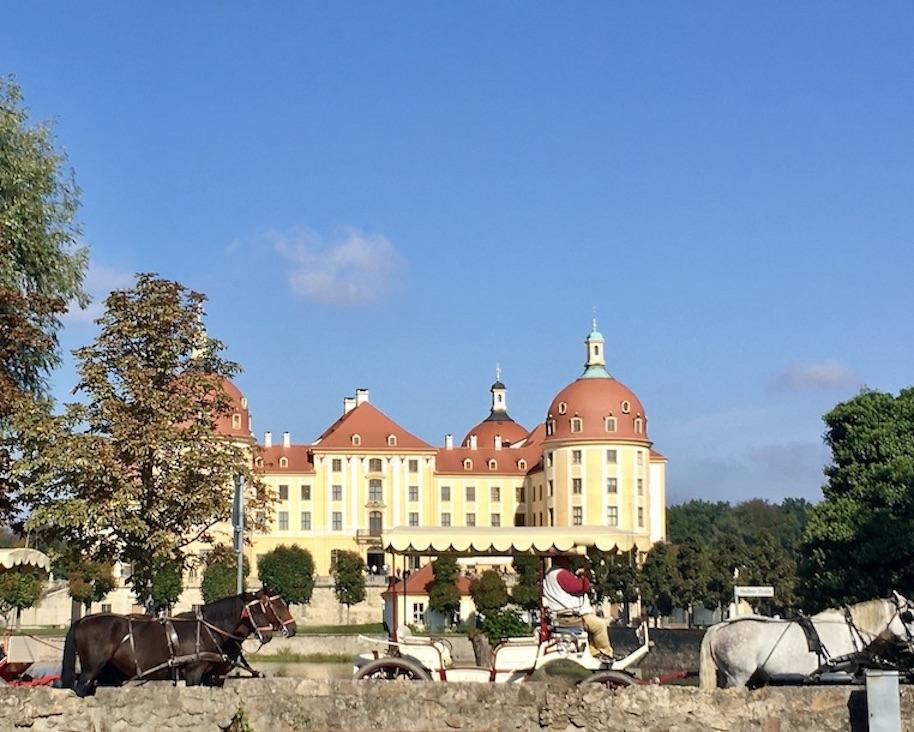 Schloss Moritzburg in Sachsen mit Pferdekutschen