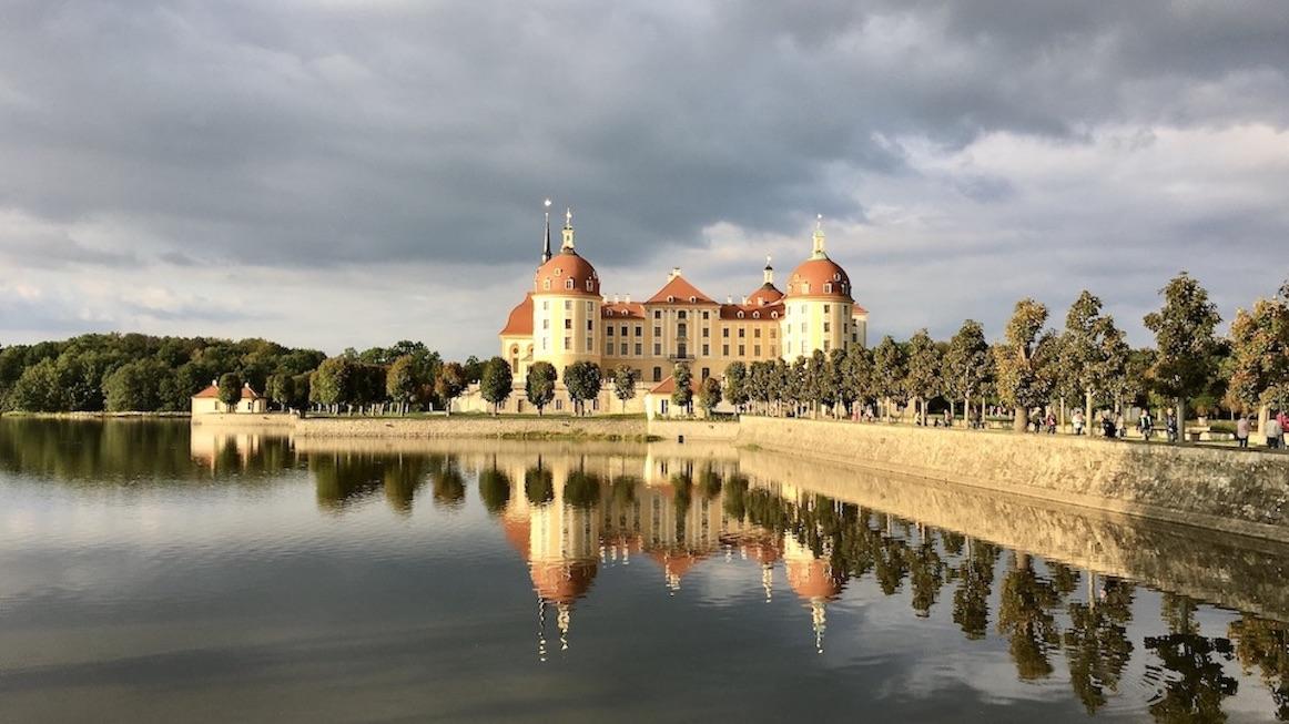 Barockschloss Schloss Moritzburg in Sachsen mit Spiegelung