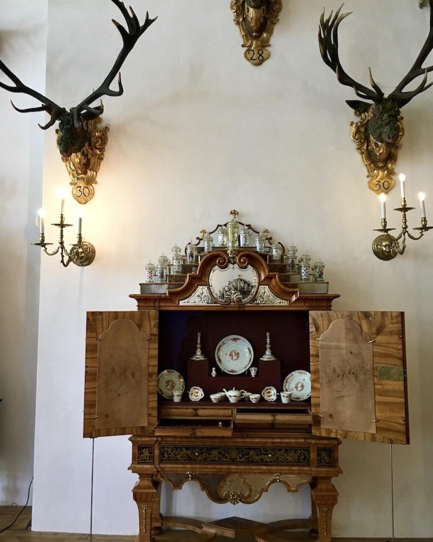 Schloss Moritzburg SachsenFestsaal Buffetschrank mit Meißner Porzellan