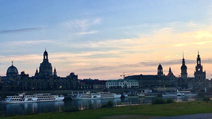 Dresden Sachsen Elbflorenz Panorama-Ansicht am Abend