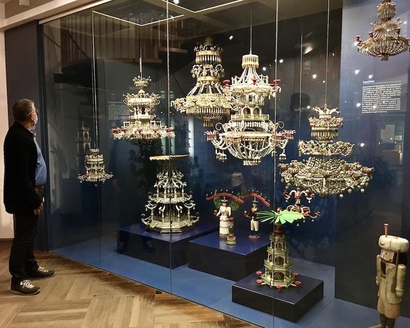 Erzgebirgisches-Spielzeugmuseum Kurort Seiffen :Erzgeb. viele Weihnachtsleuchterjpeg