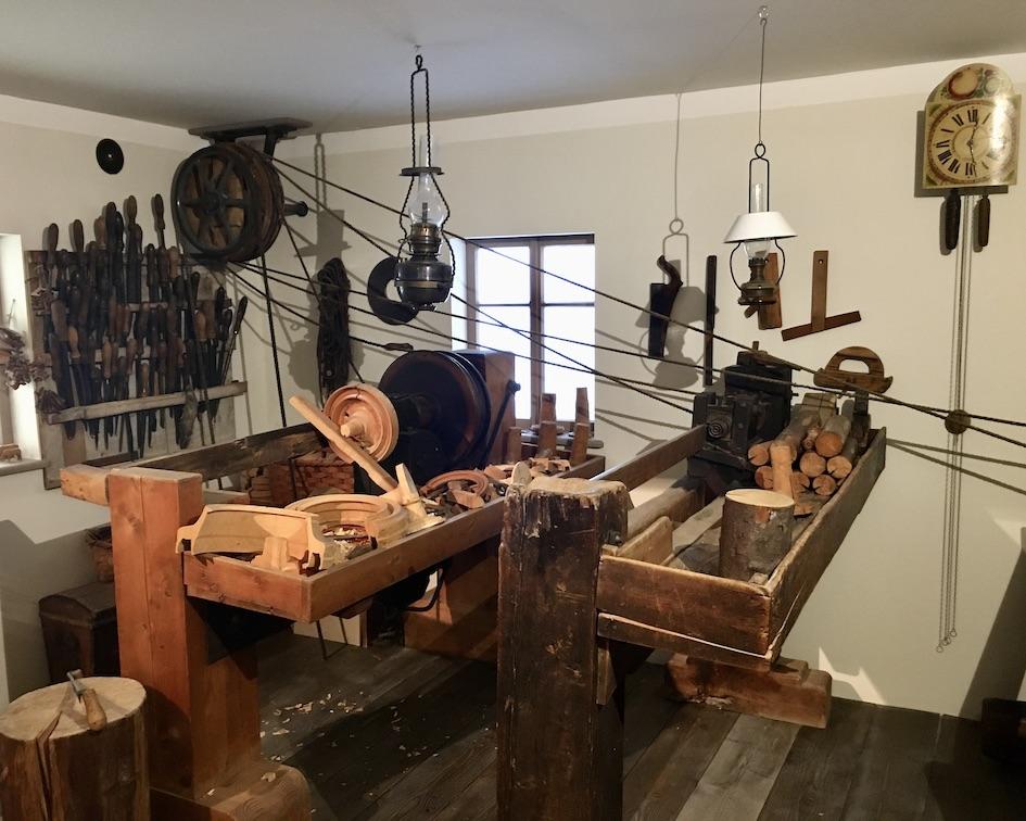 Erzgebirgisches-Spielzeugmuseum Kurort Seiffen:Erzgeb.Drehstube mit Reifendrehbank