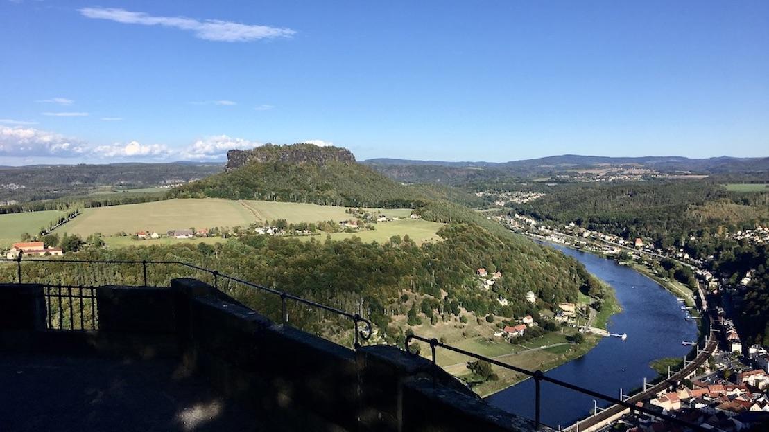 Festung Königstein Elbsandsteingebirge Sachsen Blick auf Stadt Königstein und Tafelberg-Lilienstein