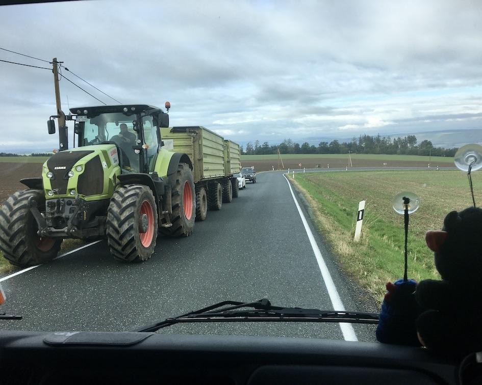 Große Traktoren auf engen Straßen