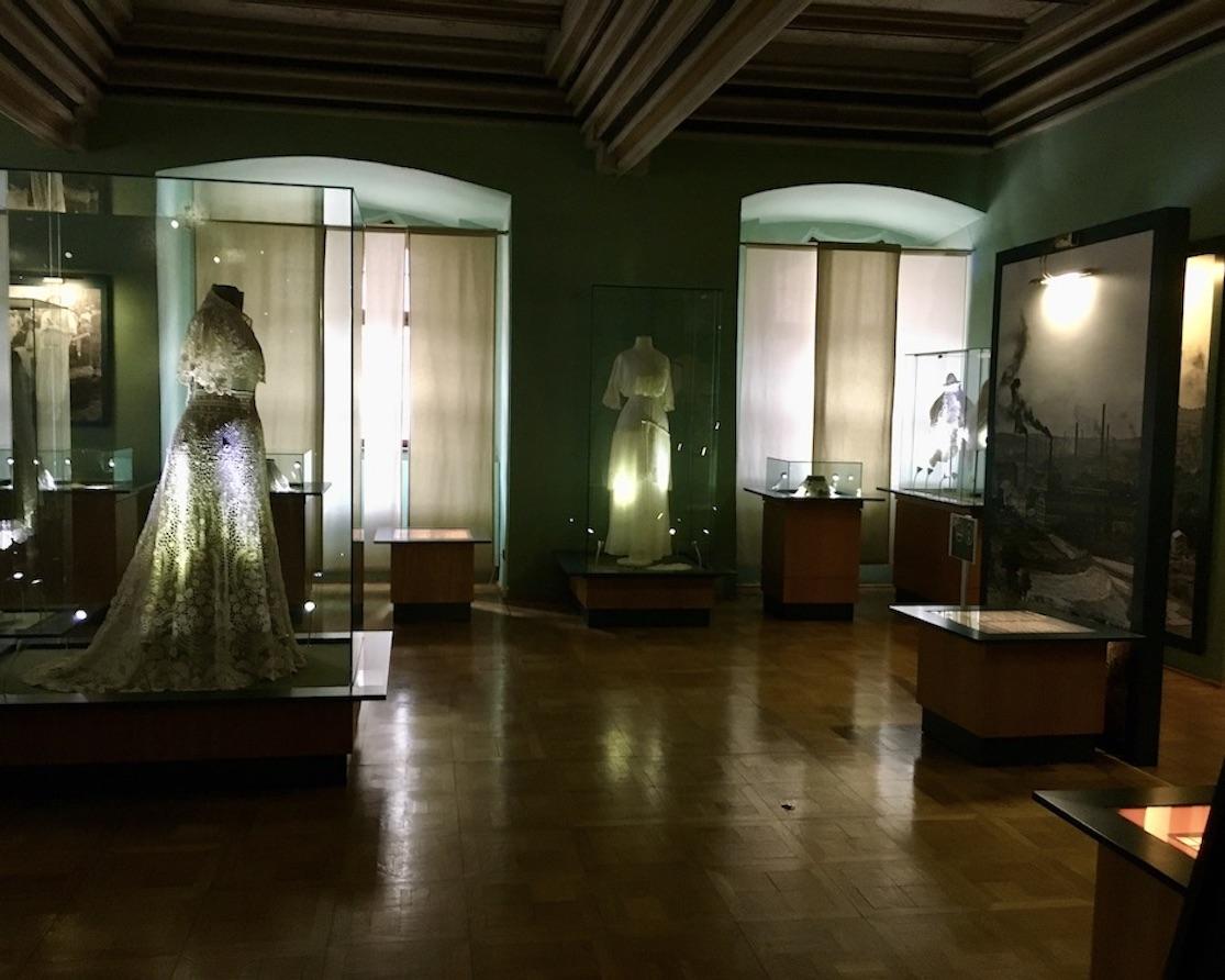 Plauen Vogtland Plauener-Spitzenmuseum Ausstellungsraum mit Modellen aus Spitze
