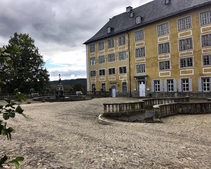 Schloss Heidecksburg Südflügel mit Brunnen und Tunnelausgang Rudolstadt Thüringen