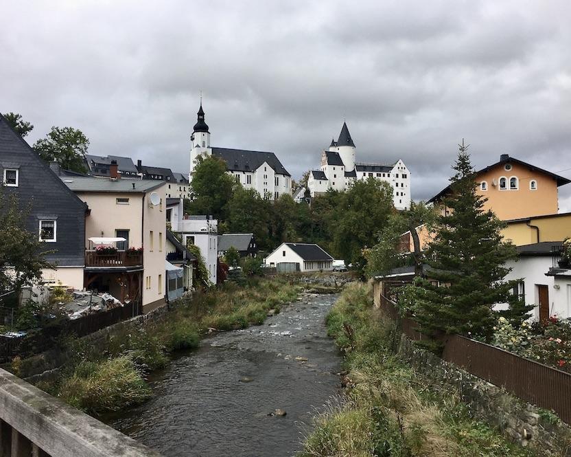 Schwarzenberg:Erzgeb. Blick über den Fluss Schwarzwasser zum Schloss