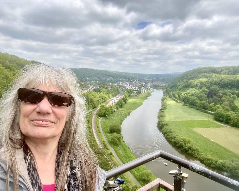 Bad Karlshafen Weser-Skywalk auf Hannoverschen-Klippen Selfi auf Aussichtsplattform über Weserschleife