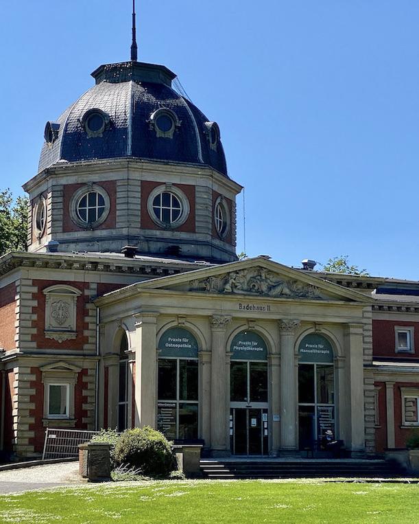 Bad Oeynhausen Historisches Badehaus II mit achteckiger Kuppel Kurpark Bad Oeynhausen