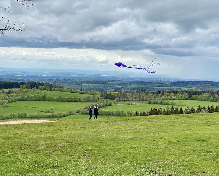 Hoherodskopf Erlebnisberg Vogelsberg Drachensteigen bei gutem Wind