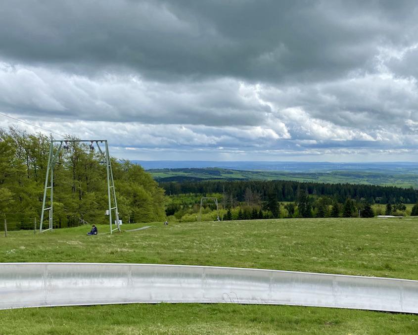 Hoherodskopf Erlebnisberg Vogelsberg Sommerrodelbahn Aufzug zurück