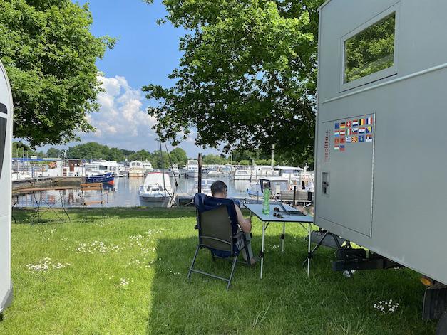 Bootshafen-Wohnmobil-Stellplätze Marina Mehlbergen mit mole-on-tour Blick zum Hafen