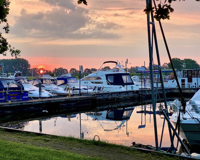 Bootshafen Wohnmobil-Stellplatz Marina Mehlbergen bei Sonnenaufgang