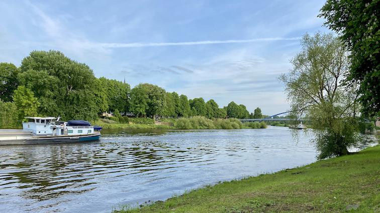 Schiffe auf der Weser vor Fußgängerbrücke Nienburg