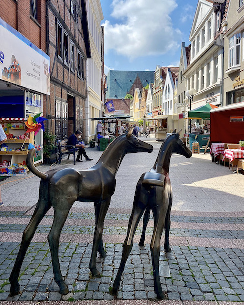 Verden an der Aller Altstadt Historisches Rathaus Reiterstadt-Verden Pferdefiguren