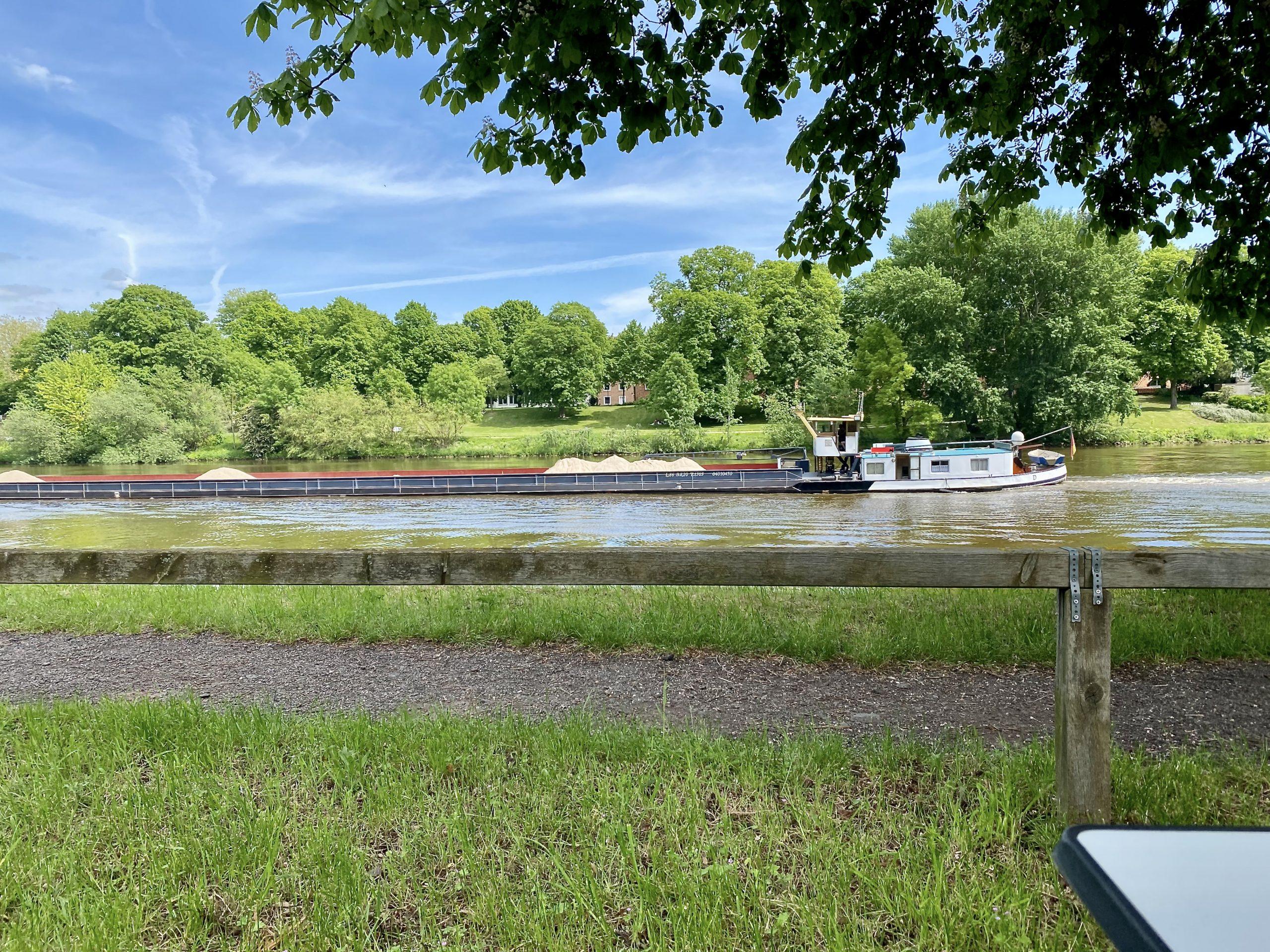 tief liegende Schiffe auf der Weser
