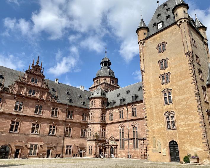 Aschaffenburg Schloss-Johannisburg Deutsche-Renaissance Schlossanlage Innenhof