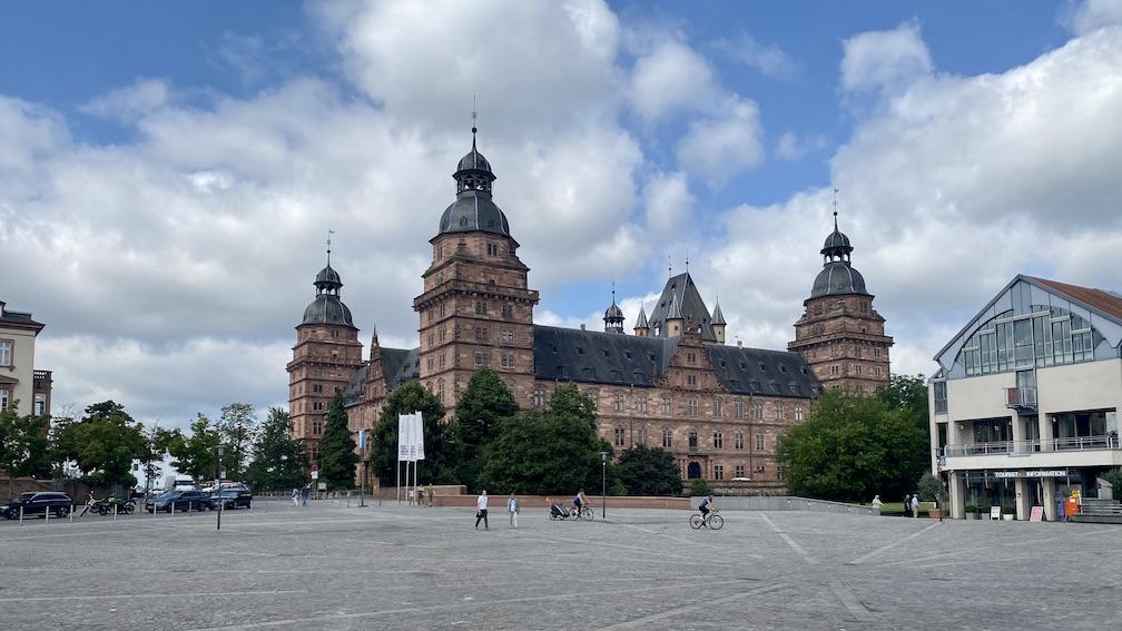 Aschaffenburg Schloss-Johannisburg Deutsche-Renaissance Schlossanlage Schlossplatz mit Tourist-Informationsbüro