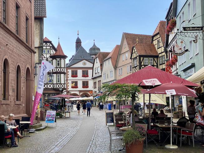 Lohr am Main Historische Altstadt Schneewittchenstadt Sehenswürdigkeiten Blick zum Rathaus