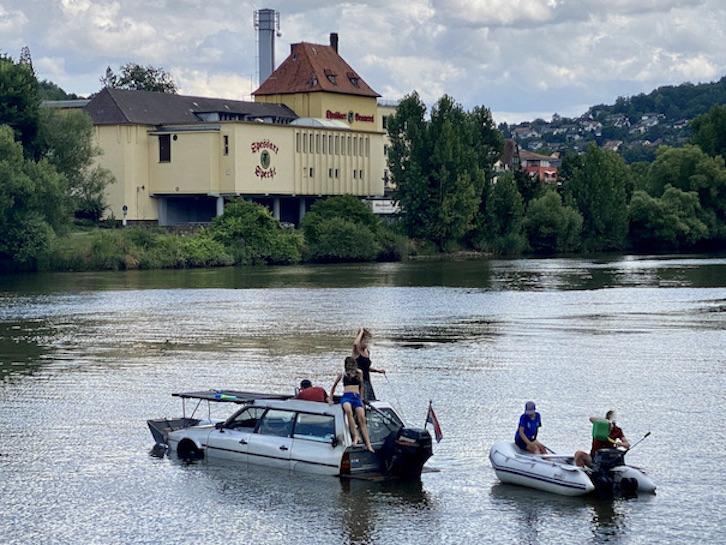 Spezielles Autoboot Abschleppaktion auf dem Main Amphicar Schwimmauto Schwimmwagen