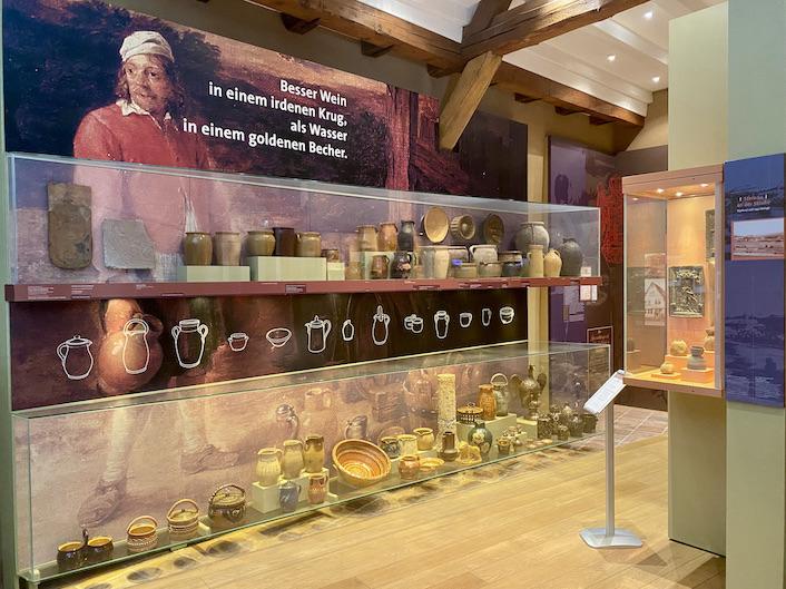 Brüder Grimm Haus Steinau an der Straße Deutsche Märchenstraße Main-Kinzig-Kreis Steinau an der Straße Brüder-Grimm-Haus Amtshaus Märchen-Museum Keramik in der Scheune