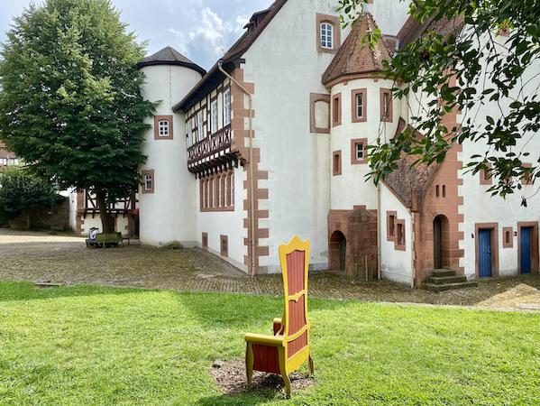 Brüder-Grimm-Haus Deutsche Märchenstraße Steinau an der Straße Museum Steinau an der Straße Brüder-Grimm-Haus Amtshaus Märchenmuseum Grimm-Geburtshaus goldener Thronsessel