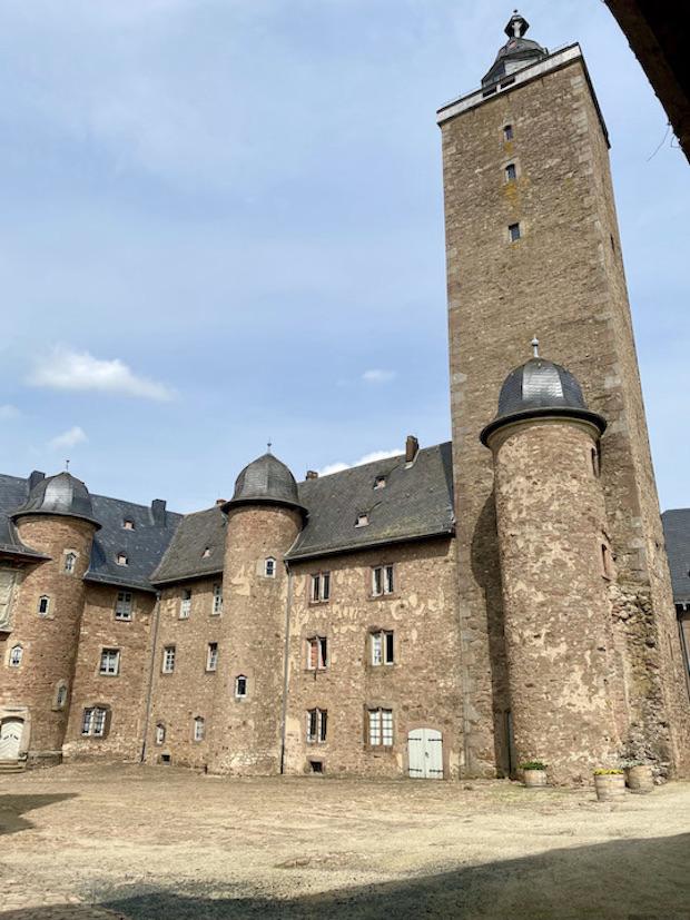 Schloss Steinau Steinau an der Straße Deutsche Märchenstraße Main-Kinzig-Kreis Steinau an der Straße Schloss Steinau Innenhof mit Burgfried Bergfried Schlossanlage Frührenaissance