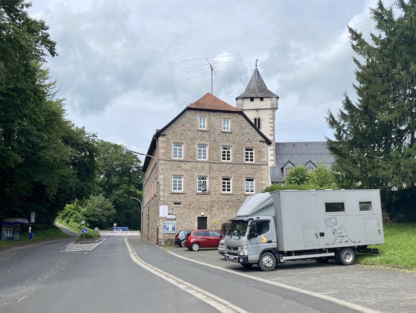 Wächtersbach in Hessen Alte Schule-Kulturkeller Parkplatz für mole-on-tour