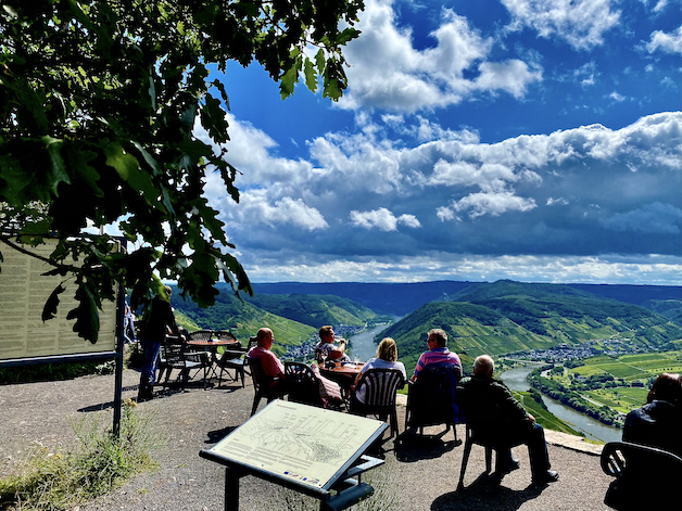 Moselschleife Bremm Mosel Aussichtspunkt Calmont Gipfelkreuz Weinberg Klettersteig Auf dem Calmont mit dem Gipfelkreuz Weinschänke mit Weitblick über Moselschleife bei Bremm