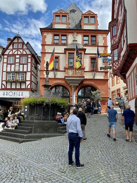 Bernkastel-Kues Mosel St.Michaels-Brunnen am Rathaus Historische Altstadt Sehenswürdigkeiten Fachwerkhäuser