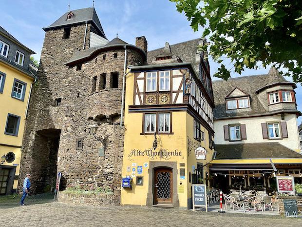 Stadt Cochem an der Mosel Alte Thorschenke an der Stadtmauer Stadttor Altstadt Innenstadt