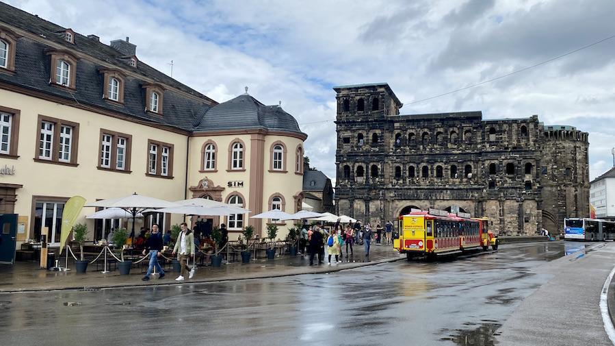 Trier Bimmelbahn vor Porta Nigra Römisches Stadttor Stadtseite Schwarzes Tor UNESCO-Weltkulturerbe