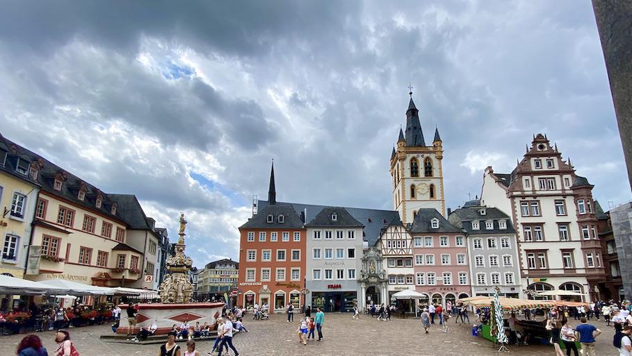 Trier Hauptmarkt Marktkreuz Petrusbrunnen St.Gangolf Kirche